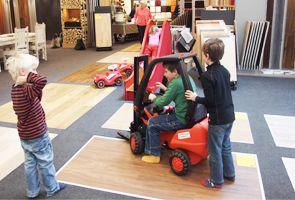Für die Kleinen bieten wir verschiedene Spielecken, Kugelbahnen und Spielplätze. So wird ein Besuch bei uns für alle zum Vergnüngen!